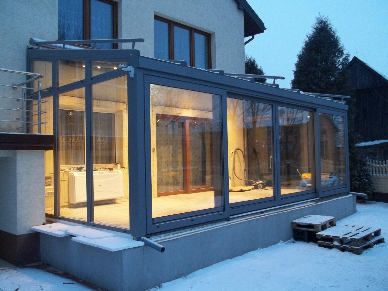 Ogród zimowy zimą z oświetleniem