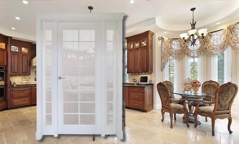 Białe drzwi wewnętrzne na tle pokoju z brązowymi meblami i krzesłami