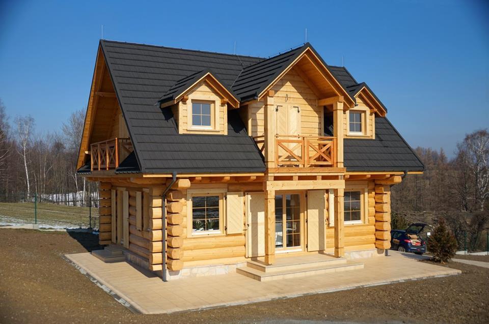 Duży drewniany dom z drewnianymi oknami oraz drewnianymi drzwi