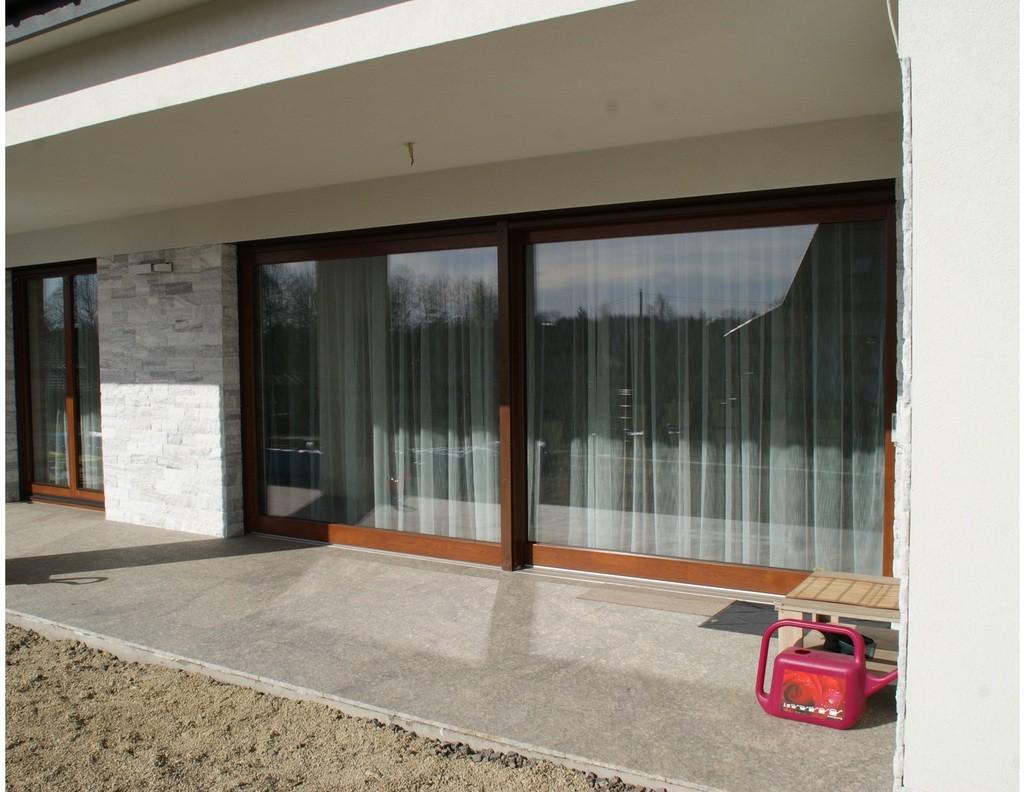 duże okno typu HST na białej ścianie z firanką