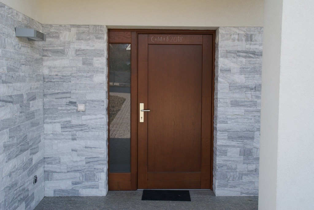 Drewniane drzwi zewnętrzne z naświetlem
