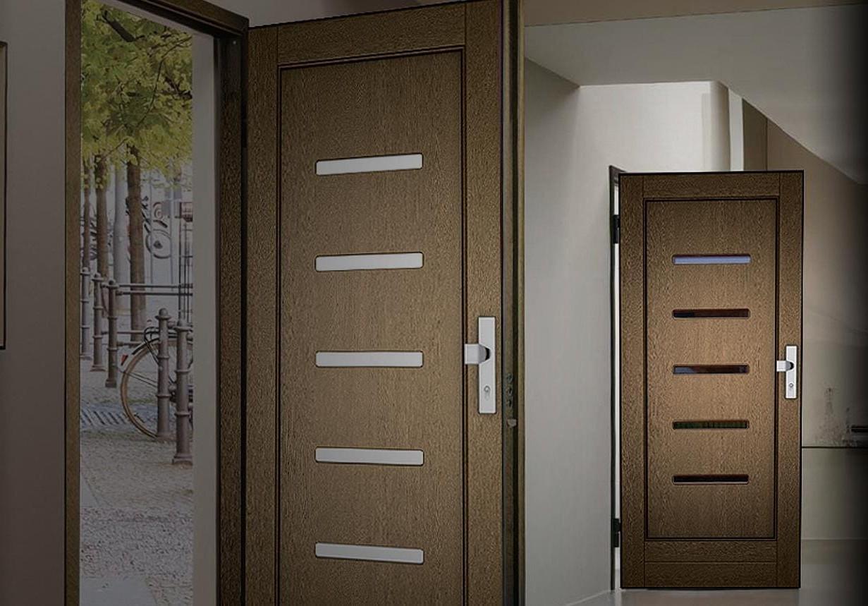 brązowe drzwi zewnętrzne w środku budynku