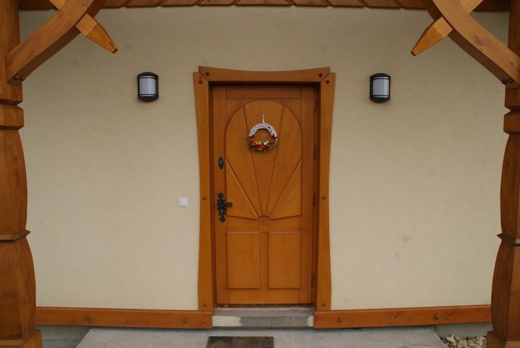 brązowe drzwi zewnętrzne z drewna