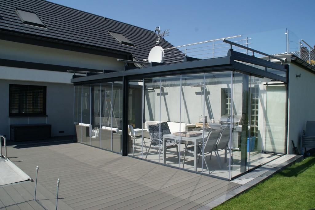 ogród zimowy aluminiowy w lecie w dzień
